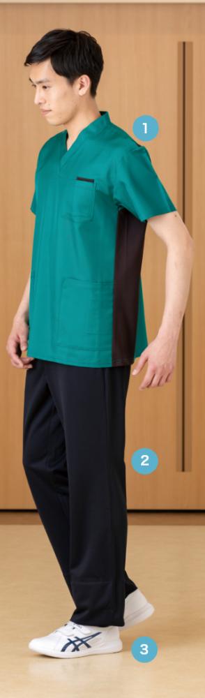 ネイビーのアクセントラインが 涼やかなワンピーススタイル。 下を向いてもファンデが 付きにくい衿元にも注目