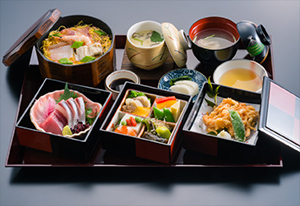 郷土料理や瀬戸内海の新鮮な魚介類がふんだんに盛り込まれたランチ定食